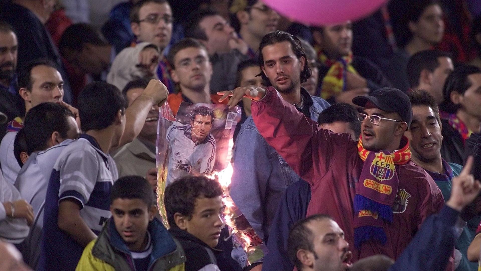 Болельщики Барселоны сжигают плакат Луиша Фигу за предательство