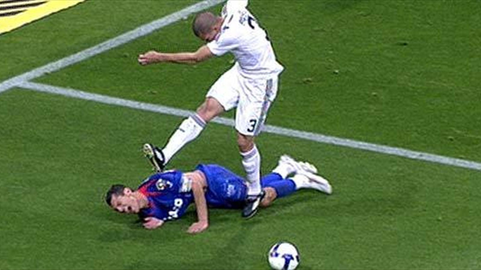 Пепе бьет ногами игрока Севильи 2009 год